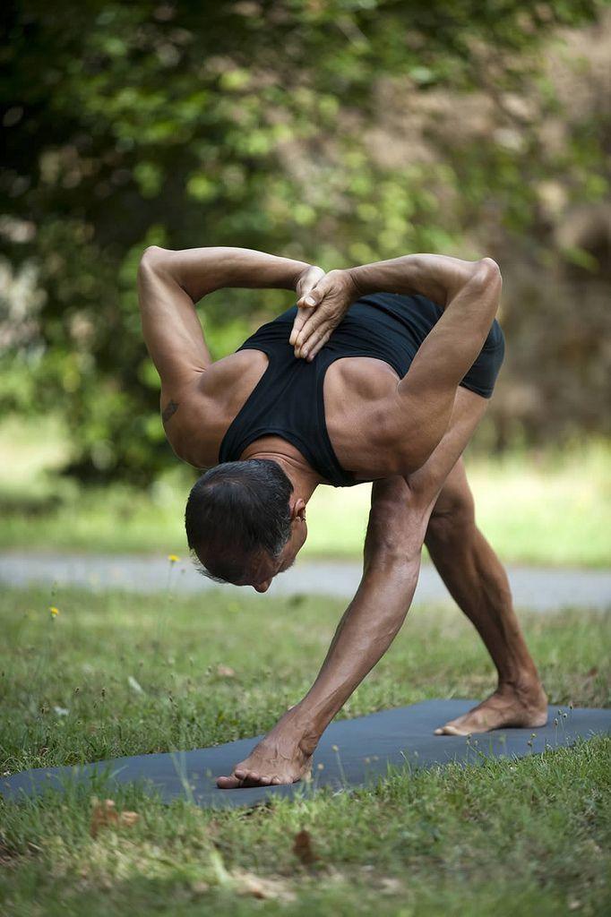 exercice du yoga parsvottanasana intense side stretch pose pyramide pose comment faire. Black Bedroom Furniture Sets. Home Design Ideas