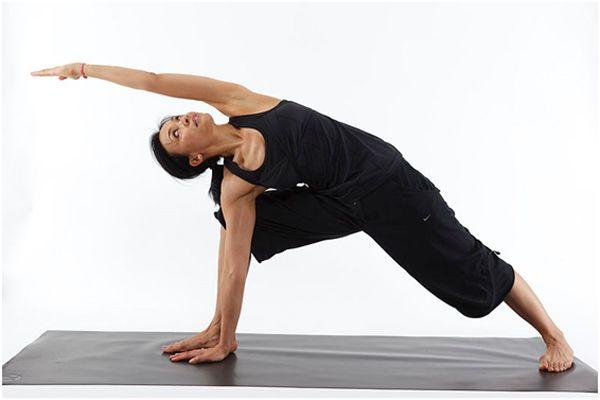 Exercice Du Yoga   Utthita Parsvakonasana   Pose de l angle de côté étendu  – Comment faire et quels sont ses ... 5268032fdba